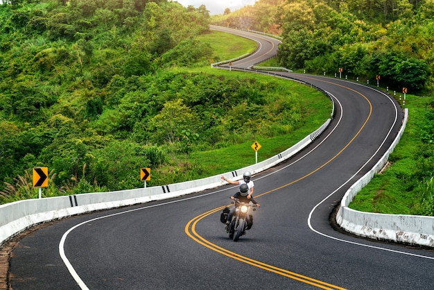 Droga nr 3 prowadząca przez szczyty gór z zieloną dżunglą w prowincji nan w tajlandii