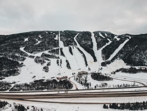 Droga obok góry pokryte śniegiem