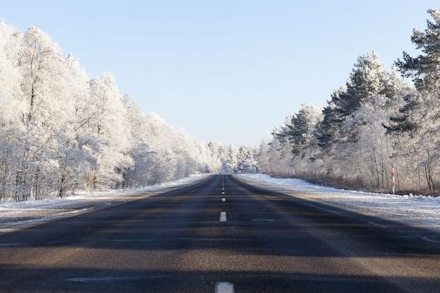 Droga pokryta jest śniegiem