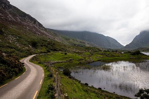 Droga prowadząca do gap of dunloe z jeziorem augher obok. pierścień kerry.