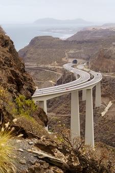 Droga przez ogromny most graniczący z górami nad morzem na wyspie gran canaria. hiszpania, europa,