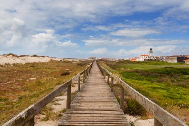 Droga przez wydm na plaży costa nova, portugalia.