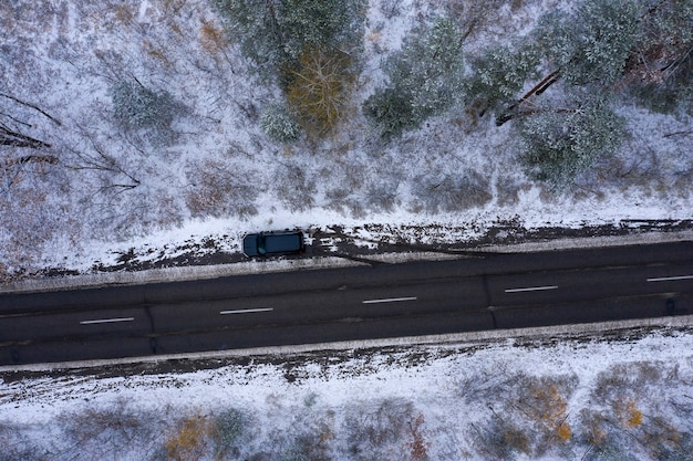 Droga przez zimowy las widok z góry strzelanie z drona