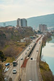 Droga samochodowa na brzegu rzeki. tbilisi, gruzja - 16.03.2021