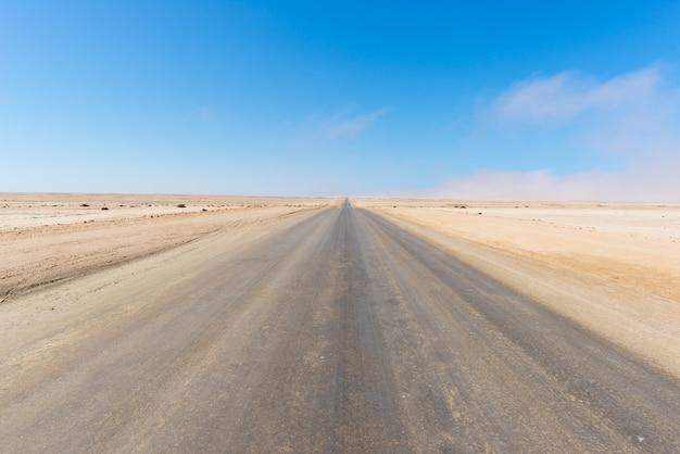 Droga solna przecinająca pustynię namib, namibia, afryka