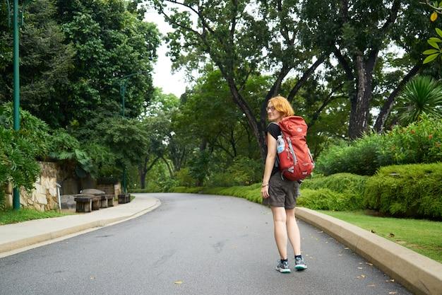 Droga szczęśliwy plecak parku wiosną