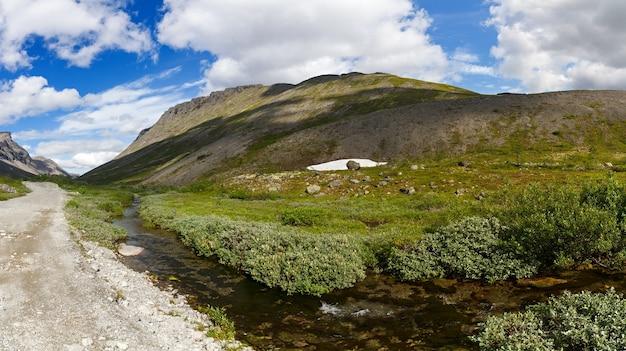 Droga w górach khibiny, półwysep kolski, rosja.