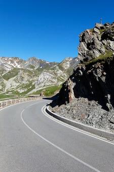Droga w górach włoskich alpejskich latem
