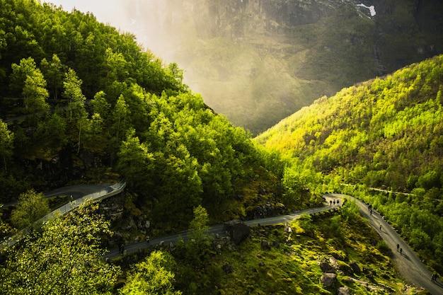 Droga w góry. podróżuj po europie. letnia przyroda w norwegii. piękny wiosenny krajobraz w skandynawii. turystyka w europie. charakter tła. piękny krajobraz z widokiem na góry