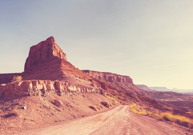Droga w kraju prerii. opuszczone naturalne tło podróży.