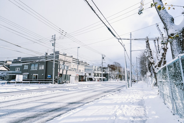 Droga w mieście pełnym śniegu