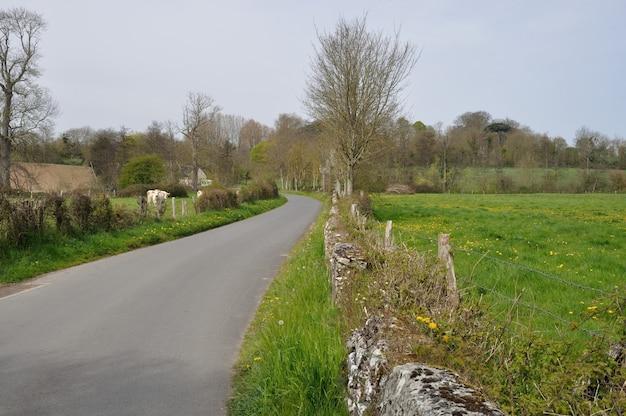 Droga w normandii na obrzeżach miasta