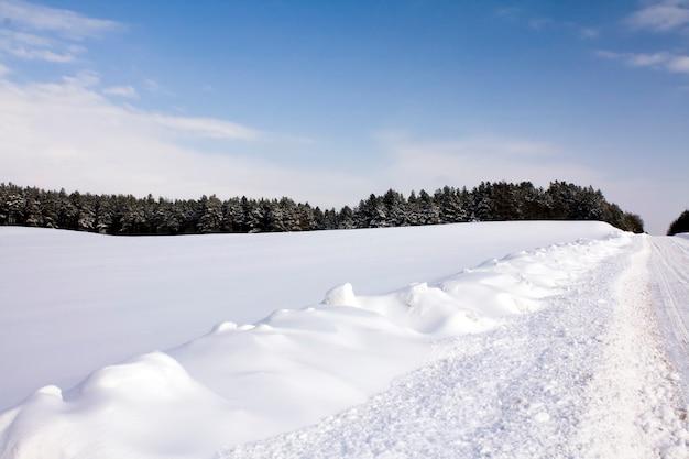 Droga w sezonie zimowym pokryta śniegiem