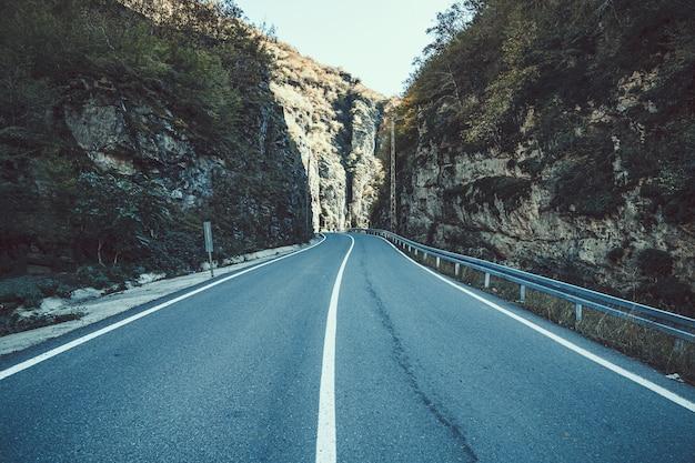 Droga wśród skał w górach