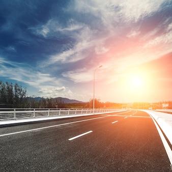Droga z białymi liniami