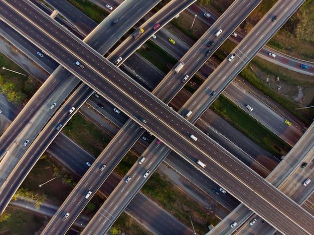 Droga z góry widok drogi ekspresowej, ruch drogowy ważną infrastrukturą