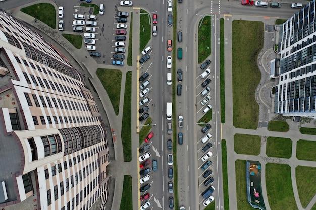 Droga z samochodami w pobliżu budynku wielokondygnacyjnego