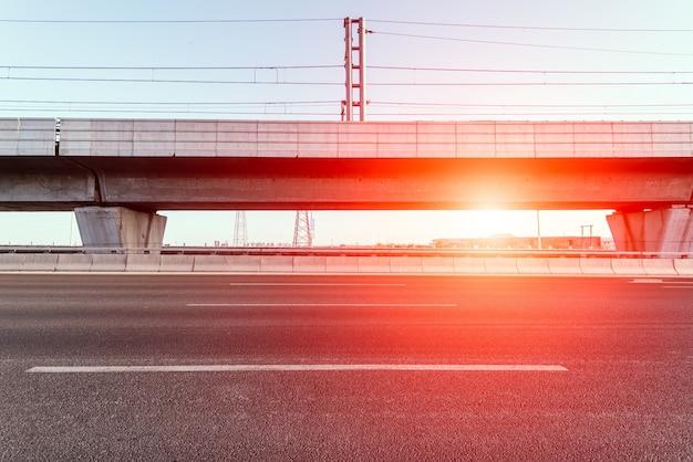 Droga z wiaduktu ze słońcem