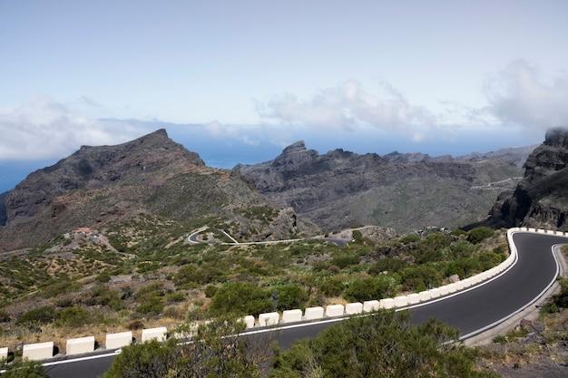Drogi autostrady z naturalnym krajobrazem