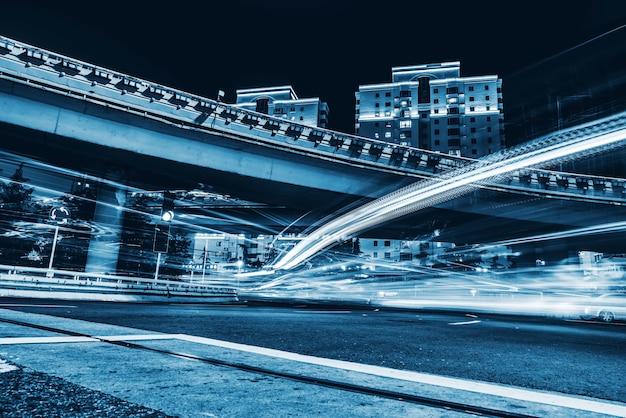 Drogi miejskie i niewyraźne światła