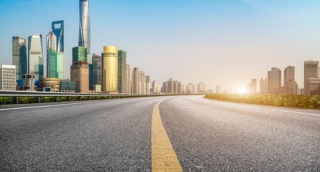 Drogi miejskie i nowoczesne budynki miejskie