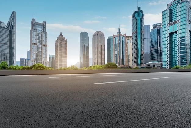 Drogi miejskie i nowoczesne budynki w dzielnicy finansowej lujiazui w szanghaju