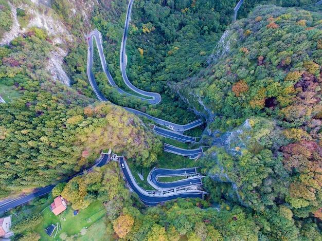 Drogi tunelowe w górach z lotu ptaka. drogi tunelowe w górach.
