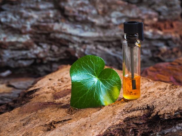 Drogie drzewo agarowe z olejem. mała butelka arabskiego attaru.