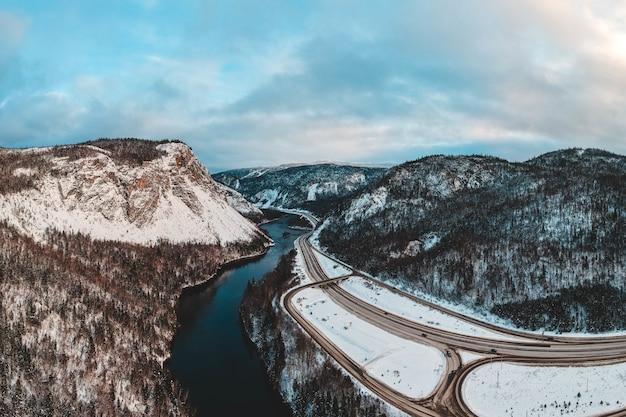 Drogowa pobliska rzeka i góra podczas dnia