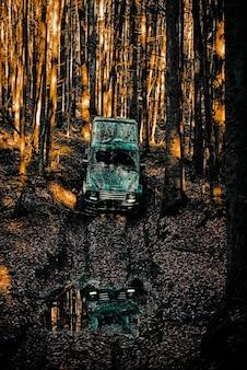 Drogowa przygoda przygodowa podróż safari suv jeep rozbił się w kałuży i podniósł strumień brudu ...