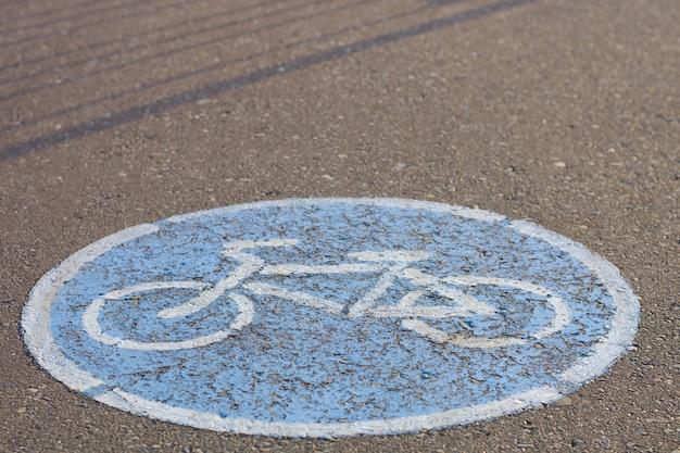 Drogowego znaka bicyklu ślad na asfalcie