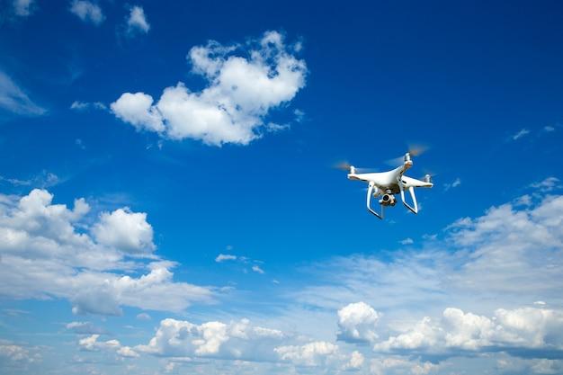 Dron latający z aparatem cyfrowym.