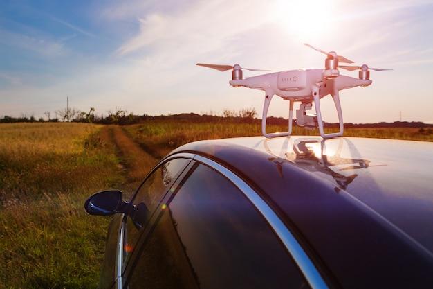Dron na dachu samochodu