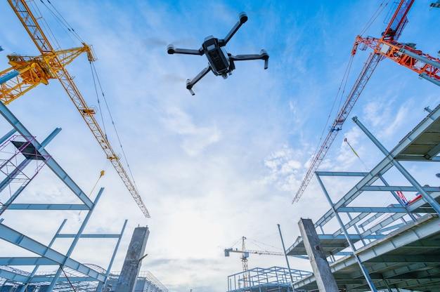 Dron nad placem budowy
