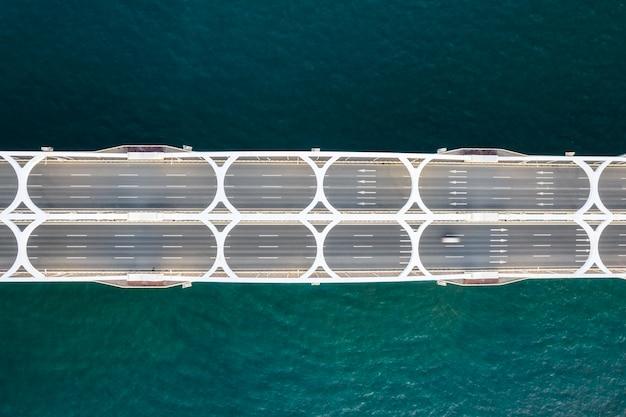 Dron patrzący w dół obraz mostu lotniczego