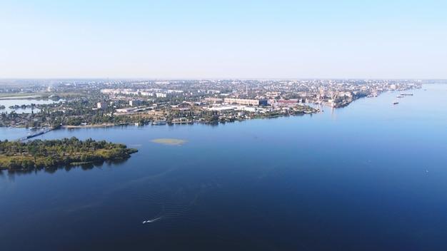 Dron przelatuje nad falującą rzeką koloru niebieskiego