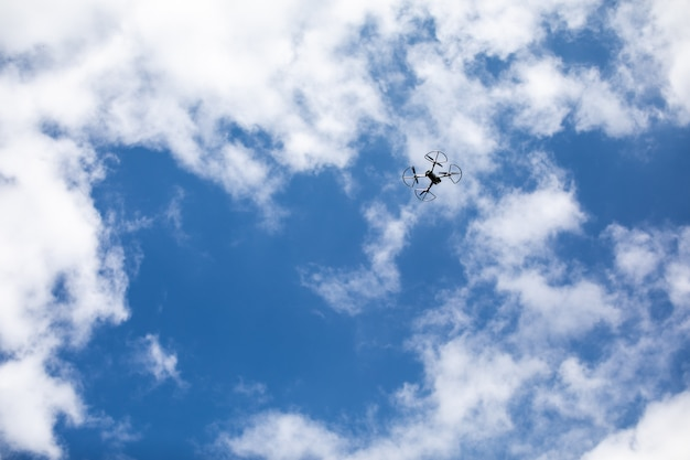 Dron quadcopter z aparatem cyfrowym
