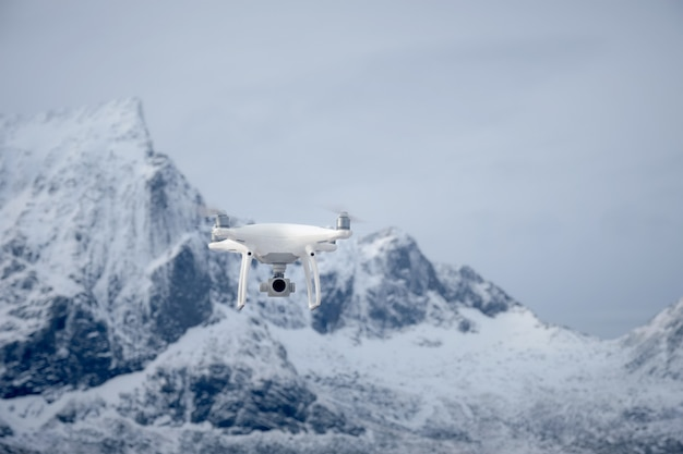Dron z aparatem cyfrowym