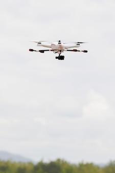 Dron z kamerą na niebie