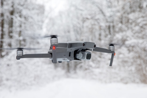 Dron z zimowym lasem i drogą