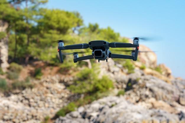 Drone helikopter latający z aparatem cyfrowym.