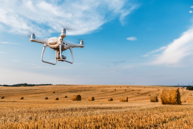 Drone quad śmigłowcem na żółtym polu