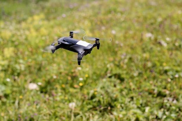 Drone quadrocopter z aparatem cyfrowym