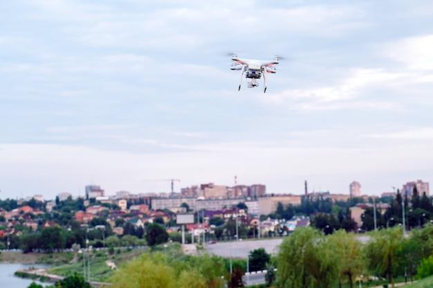 Drone quadter helikopter z cyfrowym aparatem wysokiej rozdzielczości latającym nad miastem