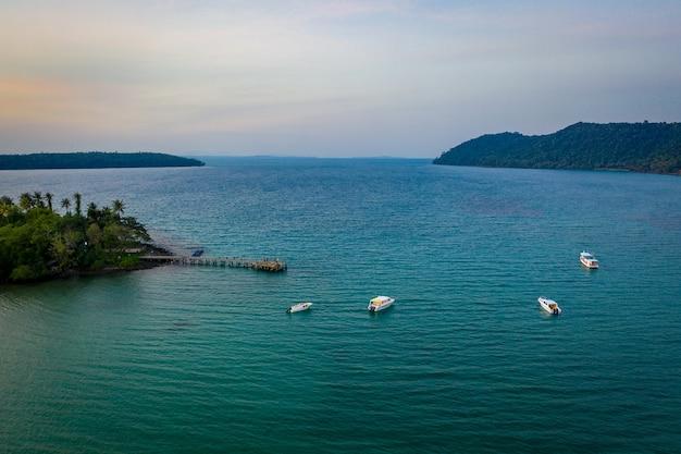 Drone sfotografował luksusowy, ale ekologiczny kurort i hotel na górze na wyspie koh kood we wschodniej tajlandii.