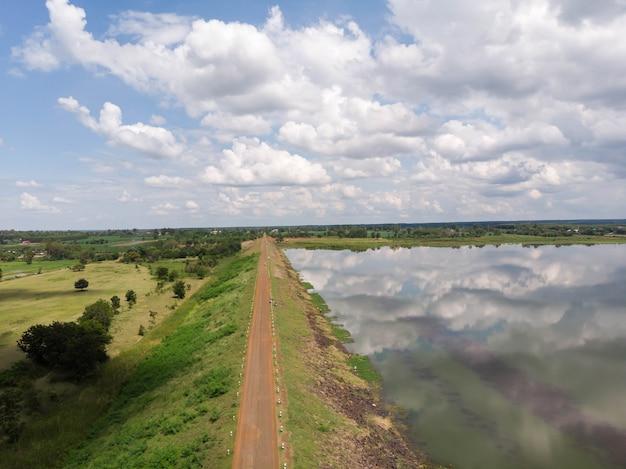 Drone shot widok z lotu ptaka malowniczy krajobraz zbiornika rzecznego