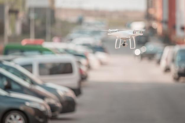 Drone z aparatem latającym na placu budowy