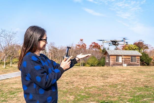 Drony i kobiety z kamerami w parku