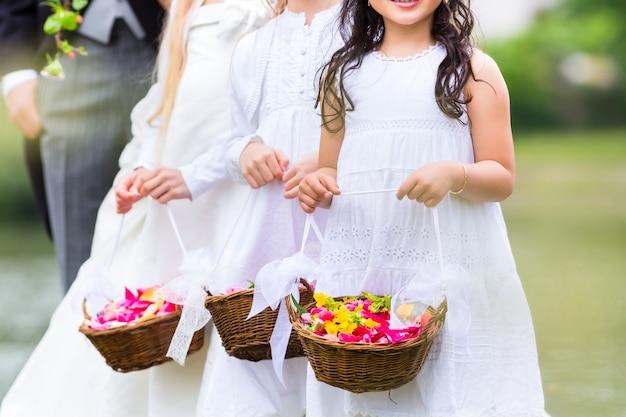 Druhny ślubne dzieci z koszem kwiatów