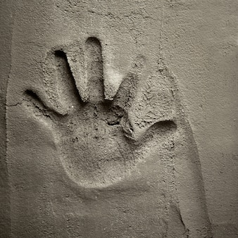Druk ręczny na ścianie zaprawy cementowej